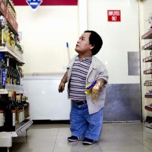 O presidente da Associação de Pessoas Pequenas das Filipinas, Perry Berry, defensor da criação de um provoado com pessoas de baixa estatura, é visto em um supermercado de Manila
