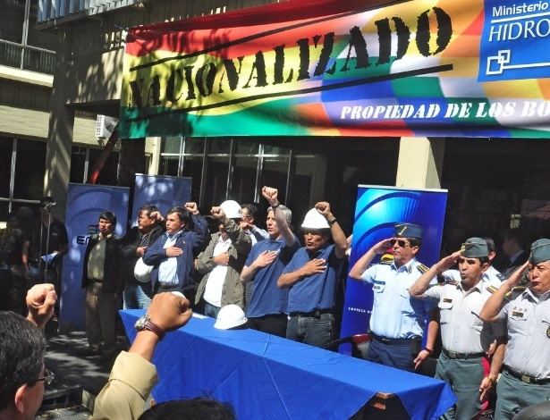 O presidente da Bolívia, Evo Morales, participa de ato após a estatização da empresa de eletricidade em Cochabamba