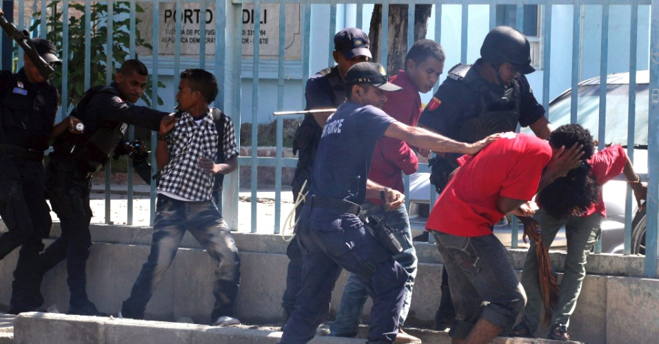 Policiais do Timor Leste reprimem manifestantes que protestam durante o Dia do Trabalho, em Dili, nesta terça-feira (1º)