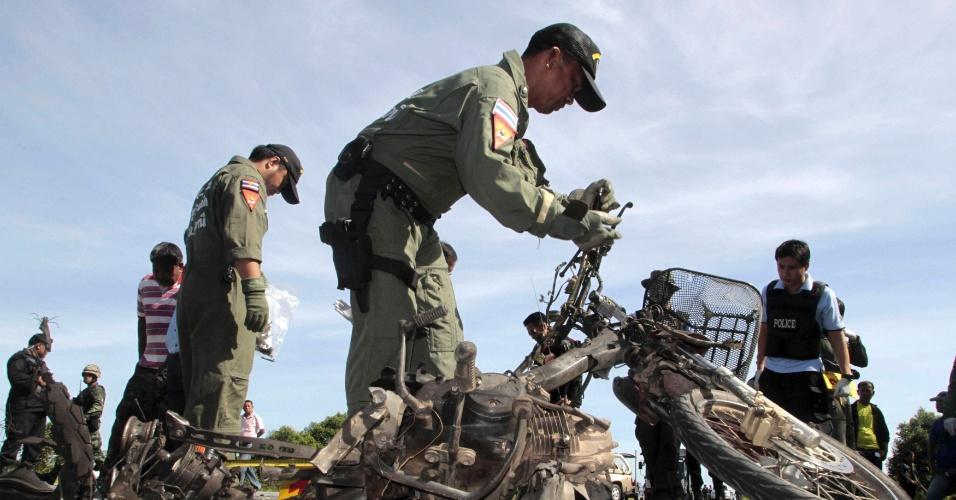 Seguranças inspecionam local onde bomba explodiu na província de Pattani, na Tailândia
