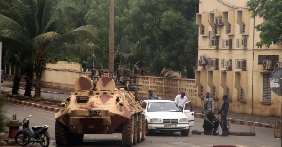 Soldados fiéis ao capitão Amadou Haya Sanogo, que liderou golpe de Estado contra o presidente Amadou Toumani Touré, sentam em tanque em Bamaco, em Mali