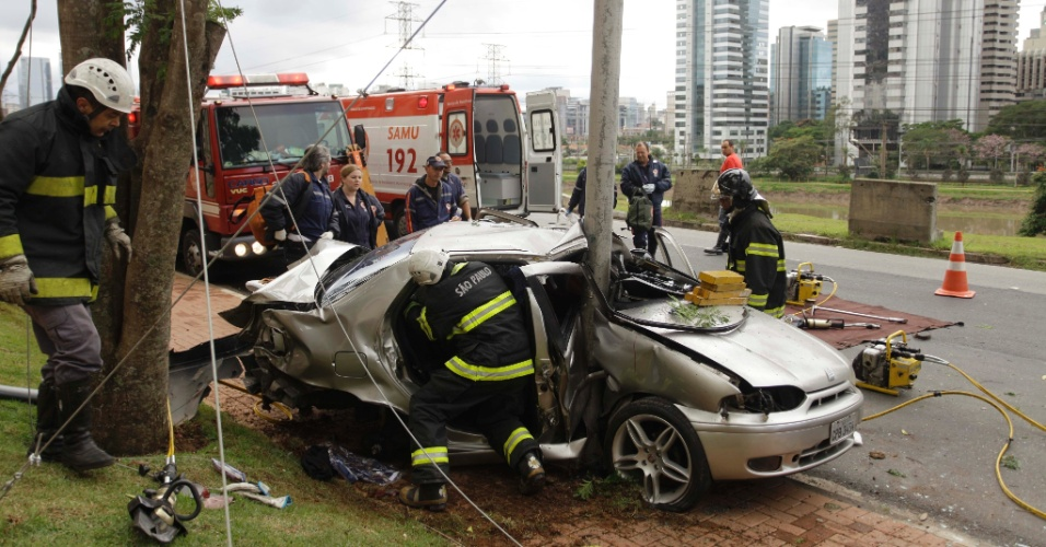 Um carro bateu em um poste por volta das 7h desta terça-feira (1º) na marginal Pinheiros, sentido Interlagos, na zona sul de São Paulo, em frente ao Shopping Cidade Jardim