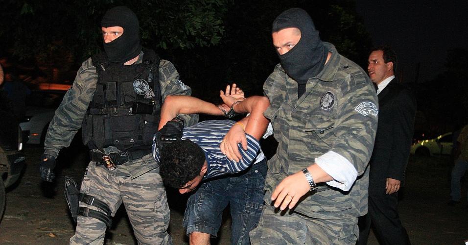 2.mai.2012 - Aparecido Souza Alves, 24, acusado de participar da chacina de sete pessoas em Doverlândia (GO), chega escoltado por policiais à sede da DEIC (Delegacia de Investigações Criminais) em Goiânia