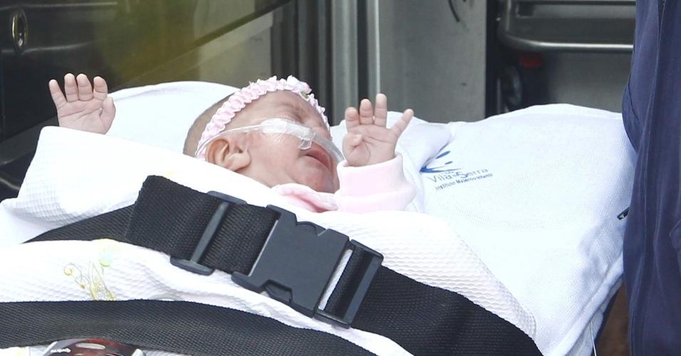 2.mai.2012 - Carolina, considerada a menor bebê do Brasil, teve alta do hospital Vila da Serra, na cidade de Belo Horizonte. A menina nasceu de cinco meses, com apenas 360 gramas e 27 centímetros