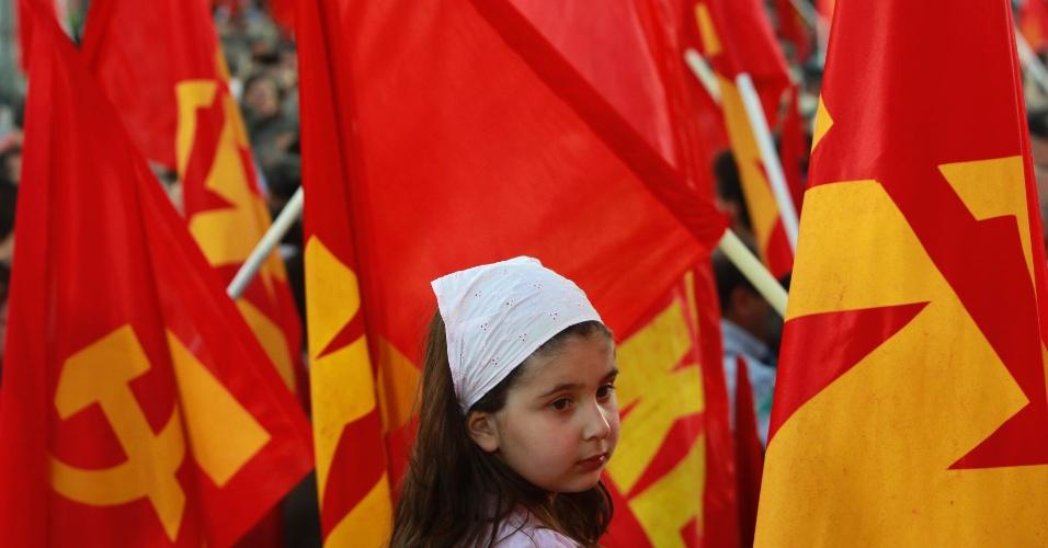 2.mai.2012 - Menina participa de comício de campanha eleitoral do Partido Comunista Grego, em Atenas