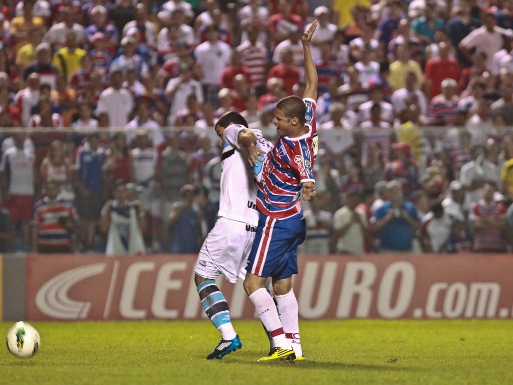 André Lima, atacante do Grêmio, protege a bola do defensor do Fortaleza