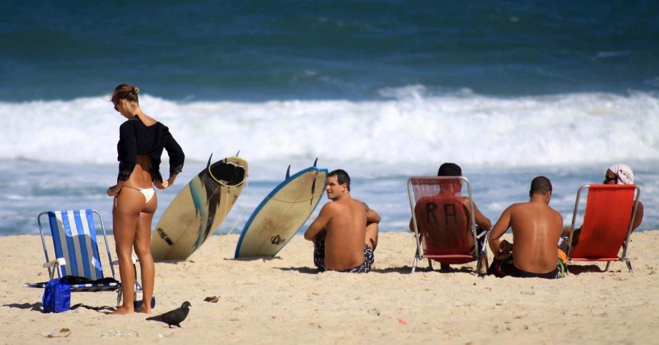 Banhistas aproveitam tarde ensolarada na praia do Leblon, na zona sul do Rio de Janeiro
