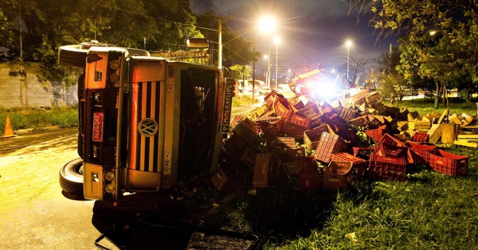 Caminhão carregado de legumes tombou na madrugada desta quarta, na entrada da av. Gastão Vidigal, em São Paulo, após ser fechado por um carro. O caminhão ia para o Cegaesp