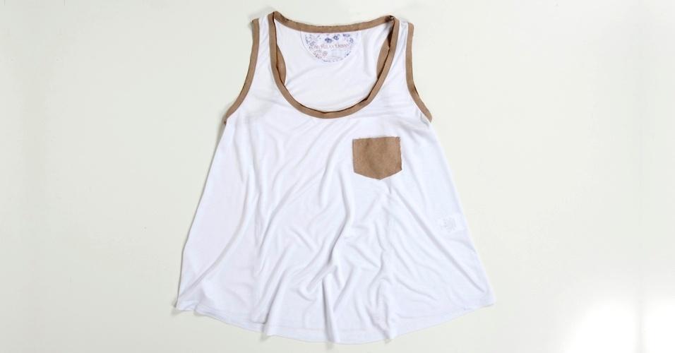 Camiseta regata branca com detalhes em marrom; R$ 79,90, na Siberian