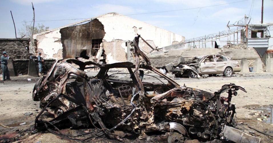 Carro fica destruído após atentado suicida a bomba em Hyderabad, no Paquistão