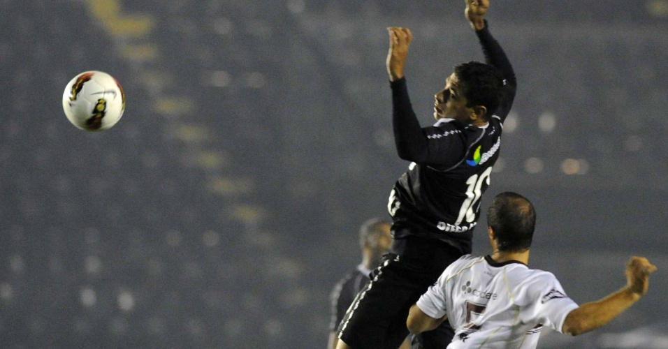 Diego Souza briga pela bola no jogo entre Lanús e Vasco (02/05/12)