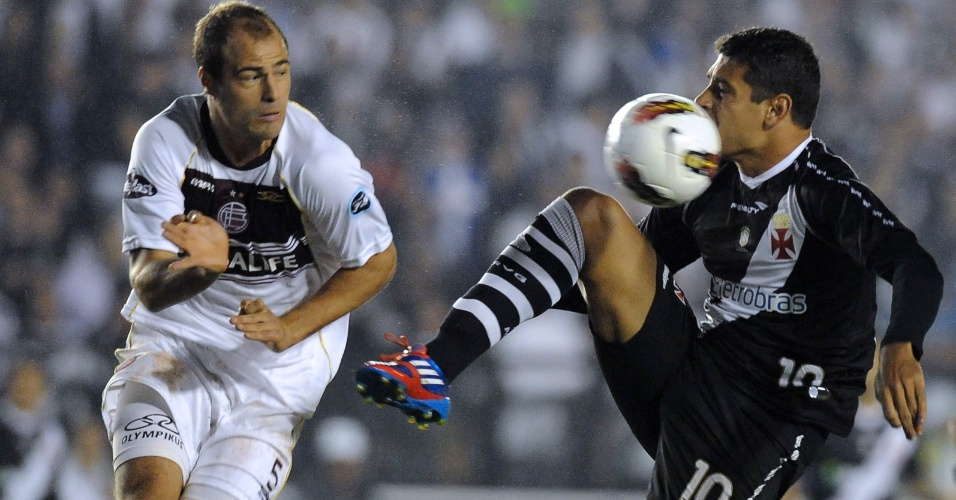 Diego Souza é marcado por Fritzler no jogo entre Lanús e Vasco (02/05/12)