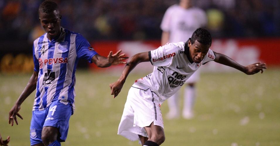 Edenilson passa pela marcação na partida entre Emelec e Corinthians (02/05/12)