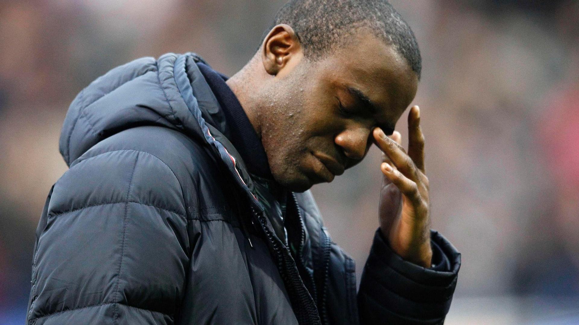 Fabrice Muamba chora ao receber homenagem em partida do Tottenham