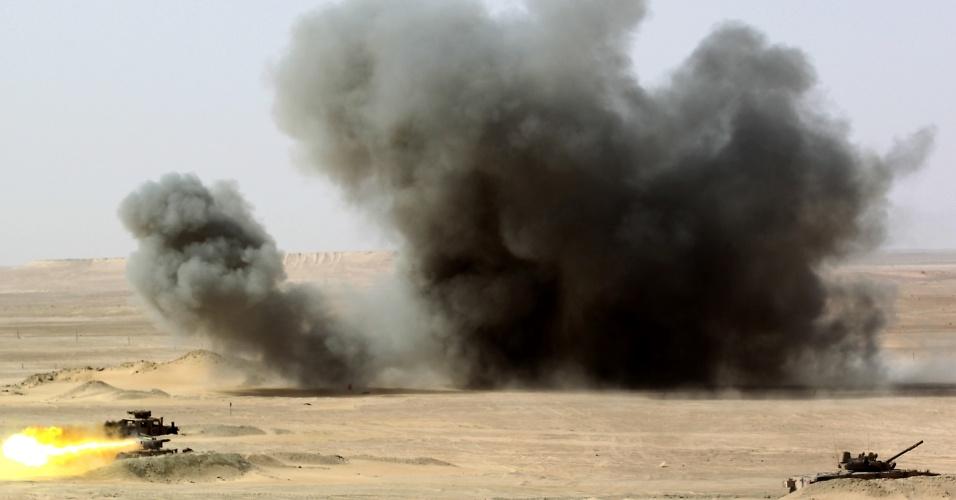 Forças dos Emirados Árabes Unidos participam de manobras militares com o Exército francês, no deserto de Abu Dhabi