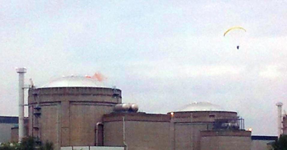 Foto divulgada pelo Greenpeace mostra ativista da organização usando parapente para sobrevoar a usina nuclear de Bugey, na França