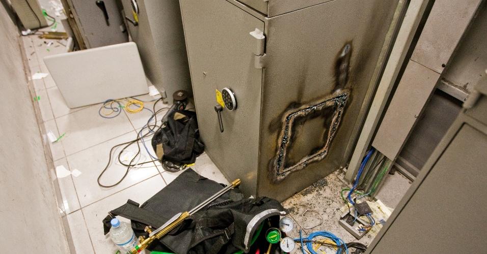 Fundo de caixas eletrônicos fica danificado após tentativa de arrombamento com maçarico em São Miguel Paulista, zona leste de São Paulo
