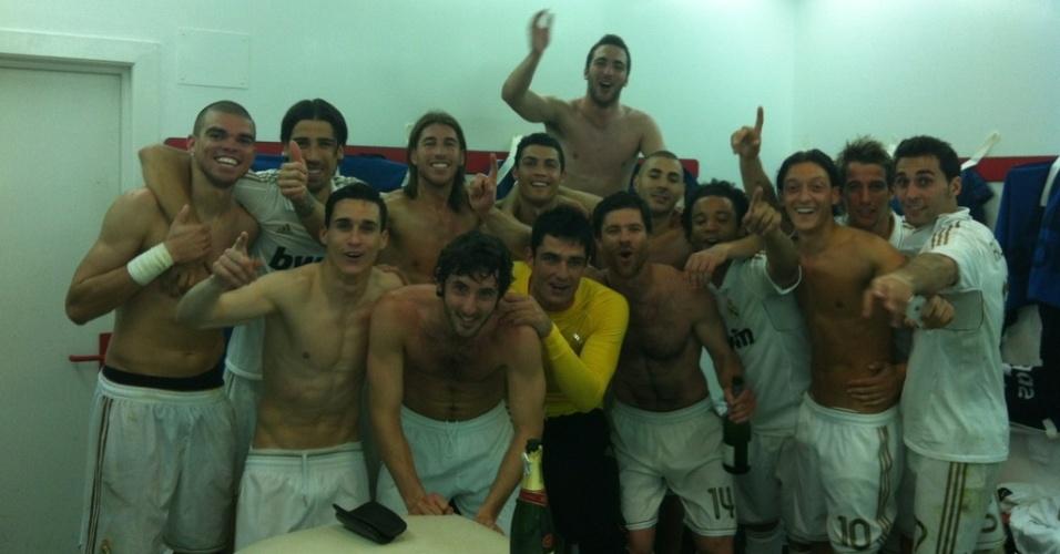 Jogadores do Real Madrid comemoram no vestiário do San Mamés conquista do Campeonato Espanhol