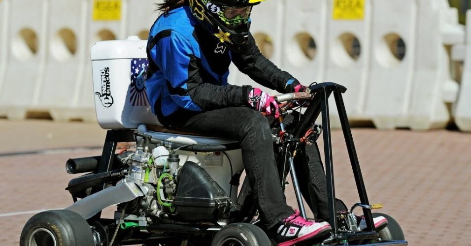 Jolene Van Vugt, do Canadá, bate recorde de velocidade em uma privada motorizada