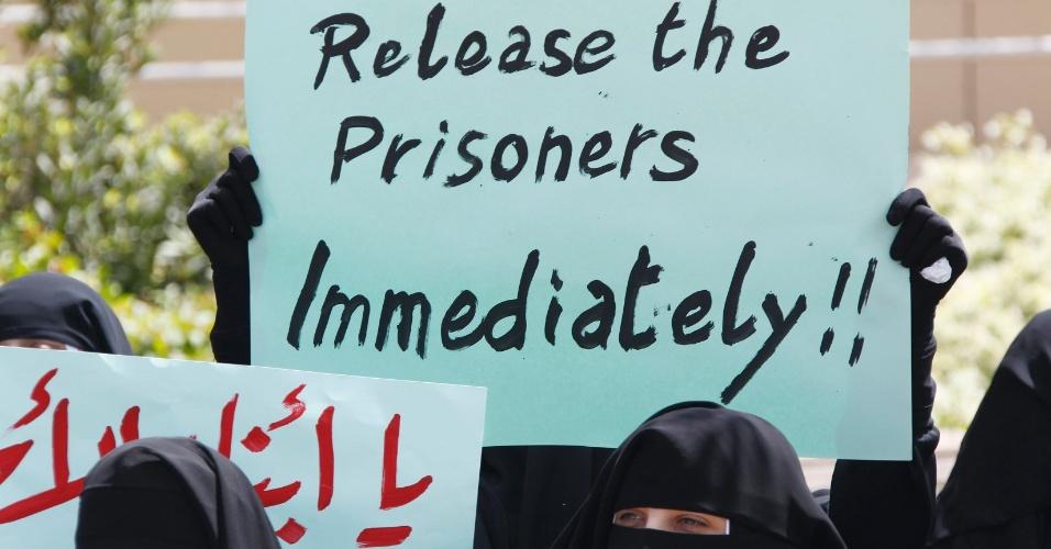 Libaneses seguram cartazes pedindo pela libertação de prisioneiros palestinos presos em Israel, em frente ao escritório da ONU em Beirute, Líbano