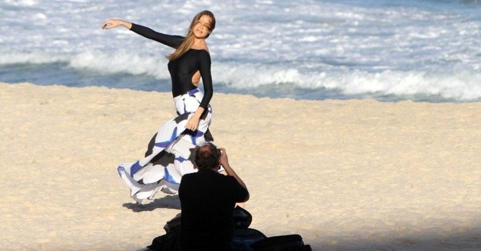 Luana Piovani posa para fotos na praia do Leblon, zona sul do Rio (2/5/12)