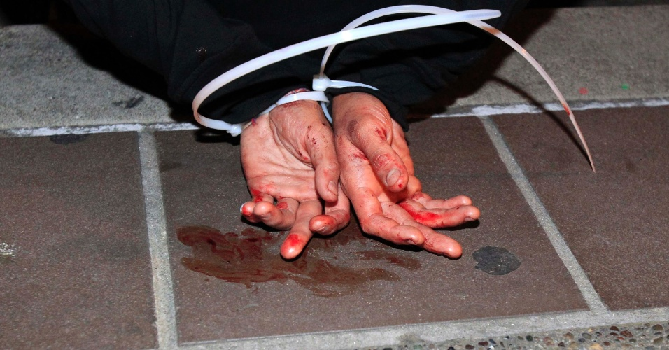 """Manifestante do movimento """"Ocupe"""" é preso durante os protestos do dia do trabalho, nesta madrugada em Oakland, na Califórnia (EUA)"""