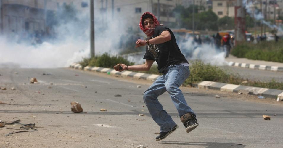Manifestante palestino atira pedras contra tropas isralelenses durante confrontos próximo à cidade de Ramallah, em favor de prisioneiros palestinos em Israel. É o segundo dia seguido de conflitos