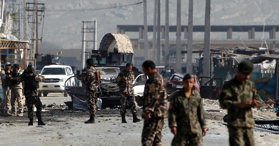 Membros das forças de segurança afegãs inspecionam local onde carro bomba explodiu em Cabul, no Afeganistão
