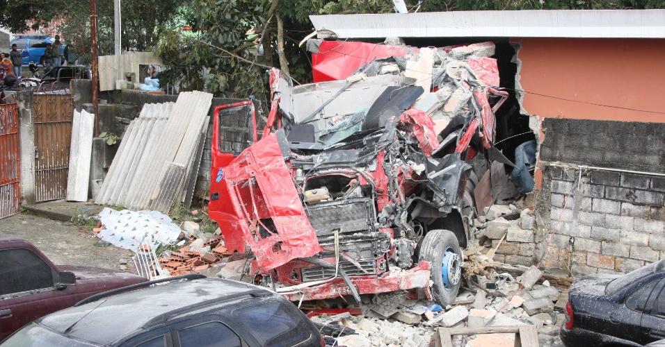 Motorista de caminhão morre ao invadir casa na manhã de hoje, no Itaim Paulista, zona leste de São Paulo. Duas pessoas ficaram feridas