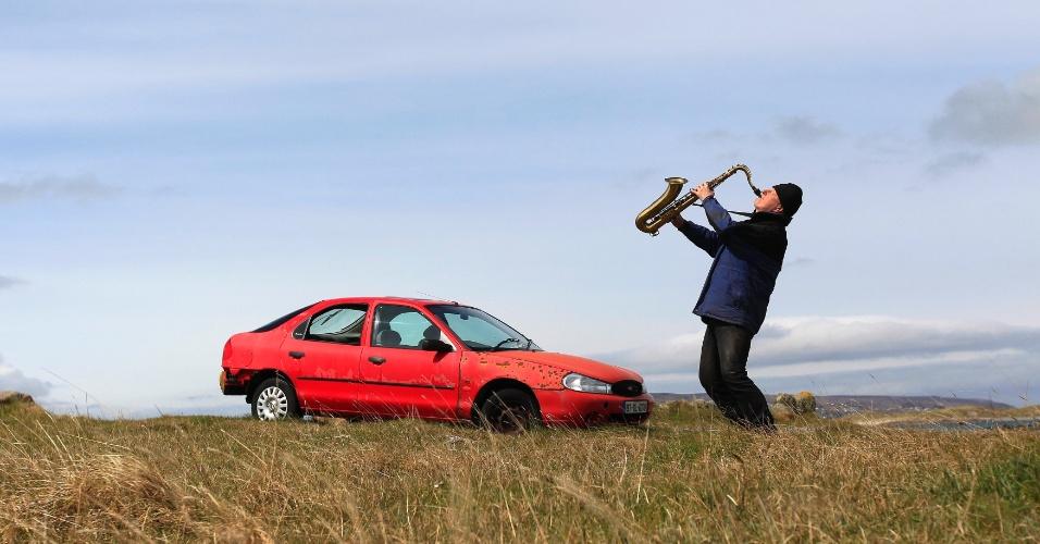 O artista e poeta Barry Edgar Pilcher, 69, toca clarinete na ilha de Inishfree, em County Donegal. Ele é o único habitante da ilha, onde vive há 20 anos. Pilcher só sai da ilha uma vez por semana para pegar sua pensão e comprar comida