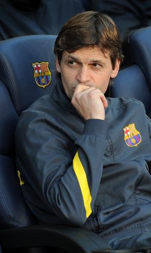 O assistente de Guardiola, Tito Vilanova, observa a partida entre Barcelona e Málaga no Camp Nou