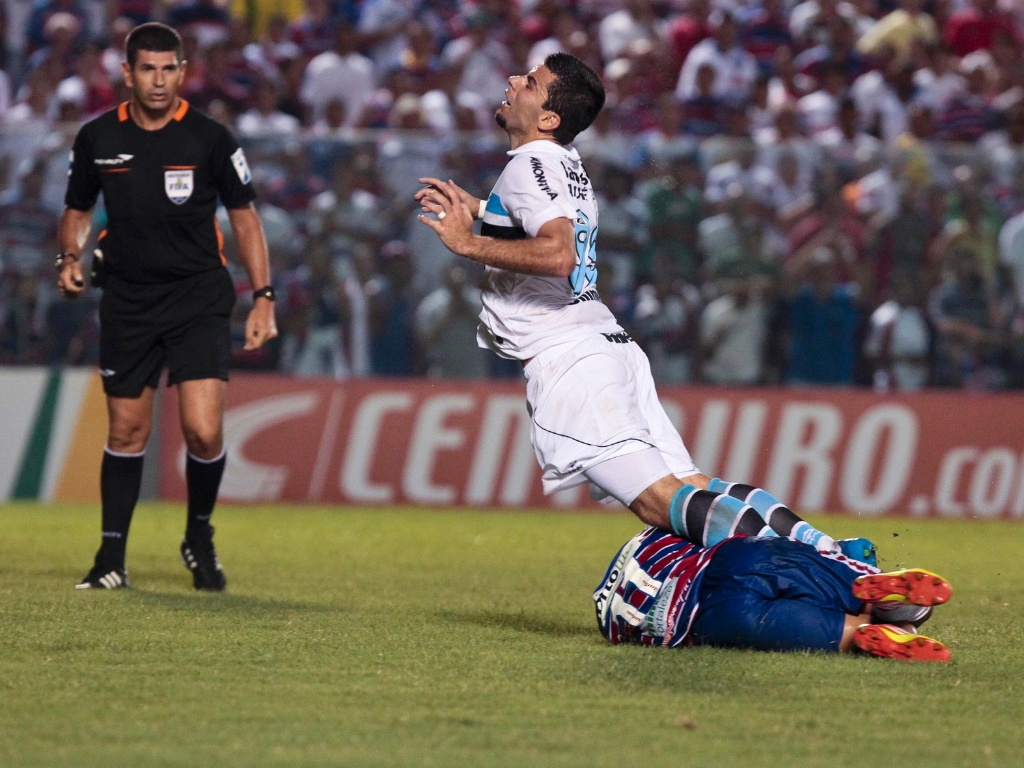 O atacante André Lima, do Grêmio, sofre falta durante a partida contra o Fortaleza