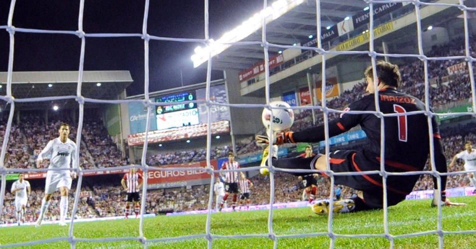 O goleiro do Athletic Bilbao Iraizoz defende pênalti batido por Cristiano Ronaldo, do Real Madrid