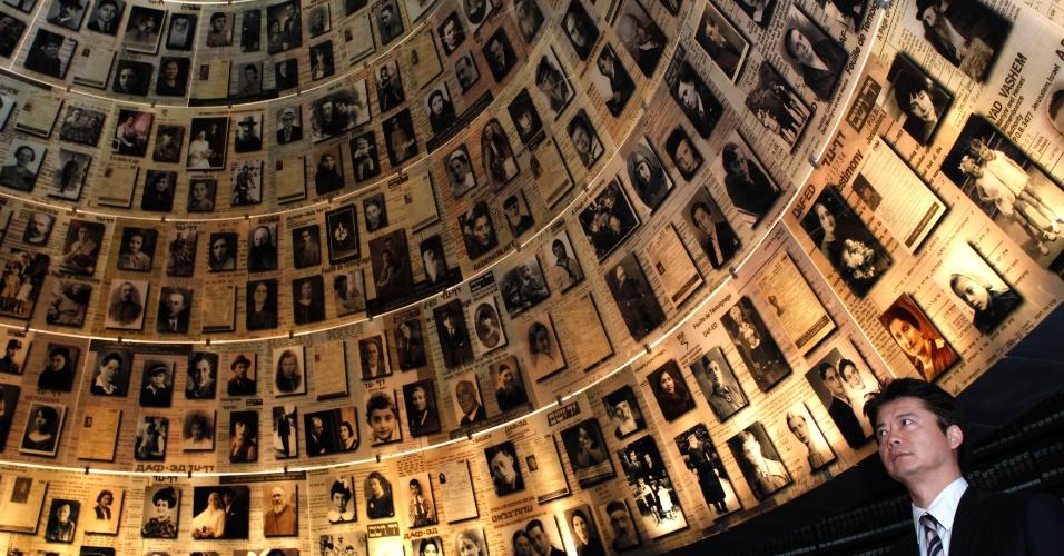 """O ministro das Relações Exteriores do Japão, Koichiro Gemba, observa fotos de vítimas judias do Holocausto, no """"Salão dos Nomes"""" (Hall of Names) em visita ao Memorial do Holocausto, em Jerusalém"""