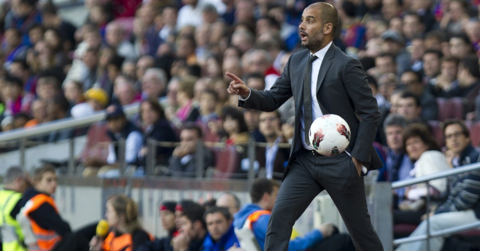 O técnico do Barcelona Pep Guardiola passa instruções à equipe na partida contra o Málaga no Camp Nou