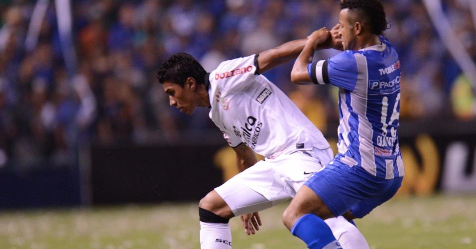 Paulinho encara a marcação na partida entre Emelec e Corinthians (02/05/12)