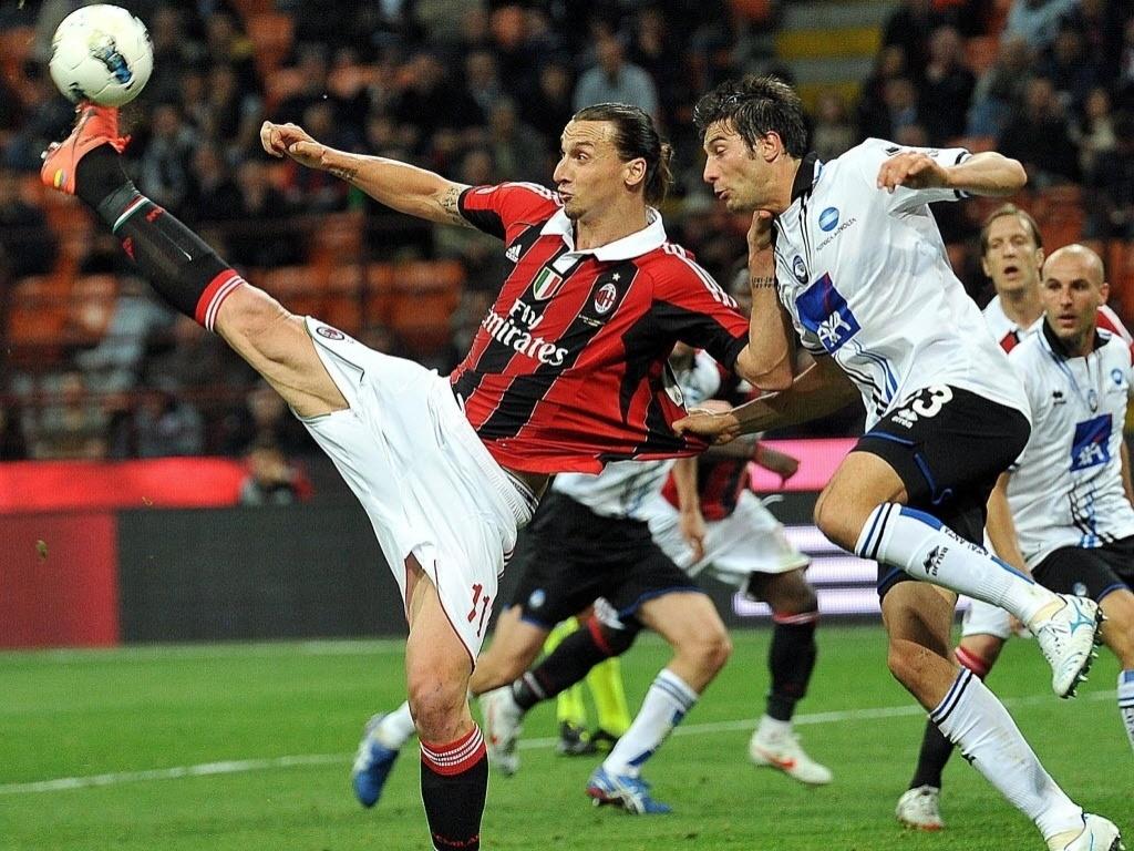 Suceo Ibrahimovic tanta lance de habilidade contra o Atalanta