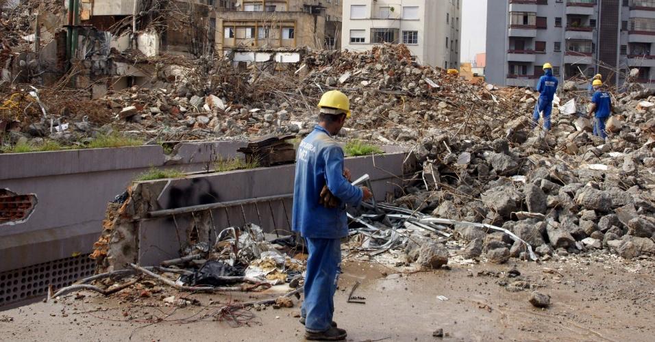 Uma escola infantil foi demolida durante esta madrugada, ao lado do antigo hotel Ca'd'Oro, no centro de São Paulo, e assustou os moradores da região com o estrondo da ação. O edifício tinha quatro andares. No local será construída uma torre com salas comerciais e flats