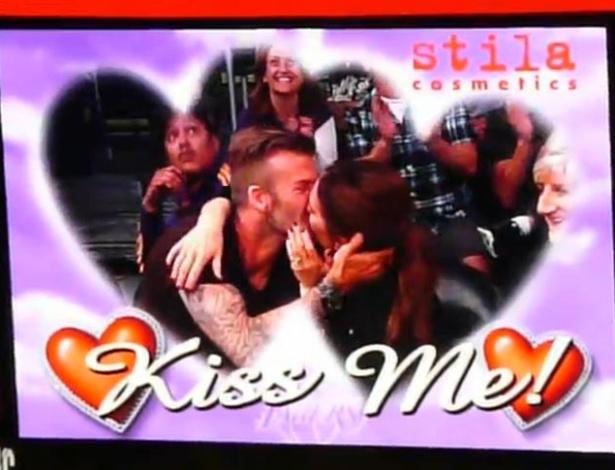 Victoria e David Beckham se beija ao aparecer no telão durante jogo de basquete em Los Angeles (1/5/12)