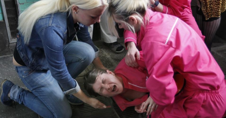 3.mai.2012 - Ativista do Femen chora após ser agredida por desconhecido durante protesto do grupo feminista em frente à entrada do metrô central em Kiev, na Ucrânia