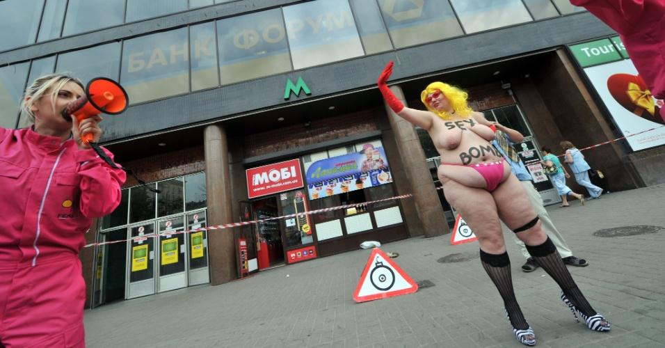 3.mai.2012 - Ativistas do Femen fazem protesto em frente à entrada do metrô central em Kiev, na Ucrânia