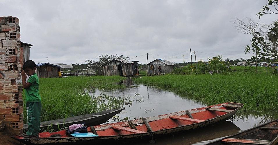 3.mai.2012 - Barco passa a ser o principal meio de locomoção dos moradores do bairro Nova Veneza em Cacau Pereira, distrito de Iranduba, Amazonas, que foi castigado pelas cheias do Rio Negro