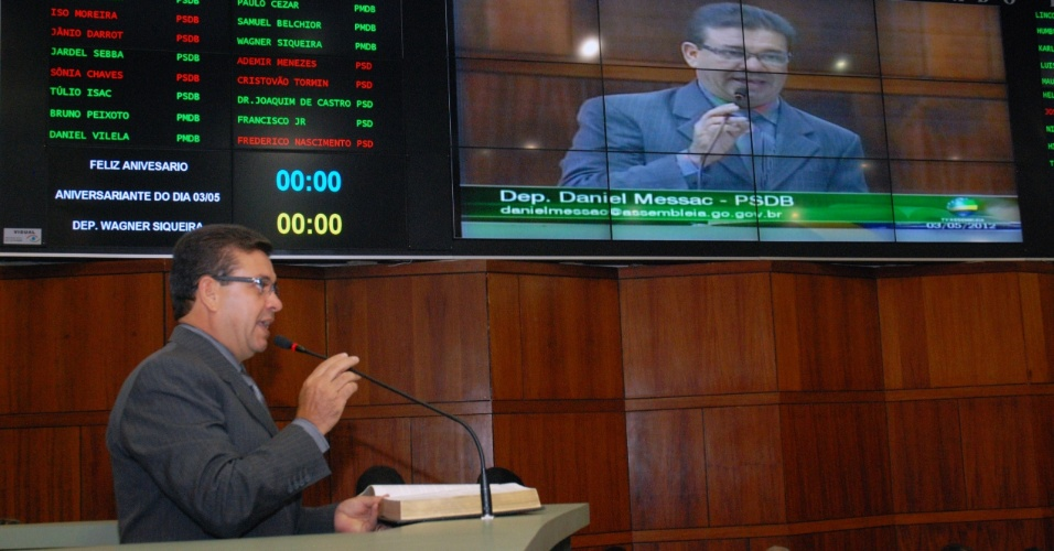 3.mai.2012 - Deputado Daniel Messac (PSDB) lê trecho da Bíblia durante sessão ordinária da Assembleia Legislativa de Goiás. A leitura tornou-se obrigatória após a aprovação de um projeto da autoria de Messac