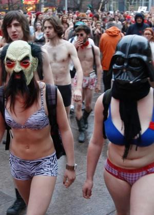 Canadá proíbe uso de máscaras em tumultos para inibir manifestações violentas
