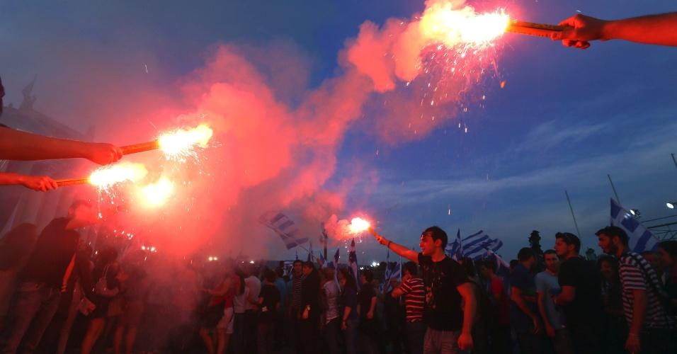 3.mai.2012 - Gregos simpatizantes do partido conservador participam de comício pré-eleitoral em Atenas