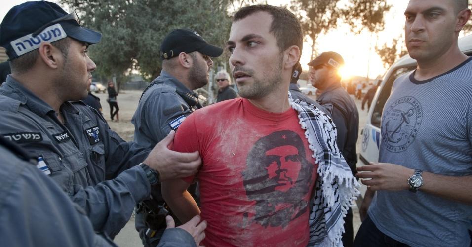 3.mai.2012 - Manifestante é preso pela polícia de choque israelense fora da prisão Massiyahu em Ramle, perto de Tel Aviv, após protesto em solidariedade aos palestinos detidos em prisões israelenses