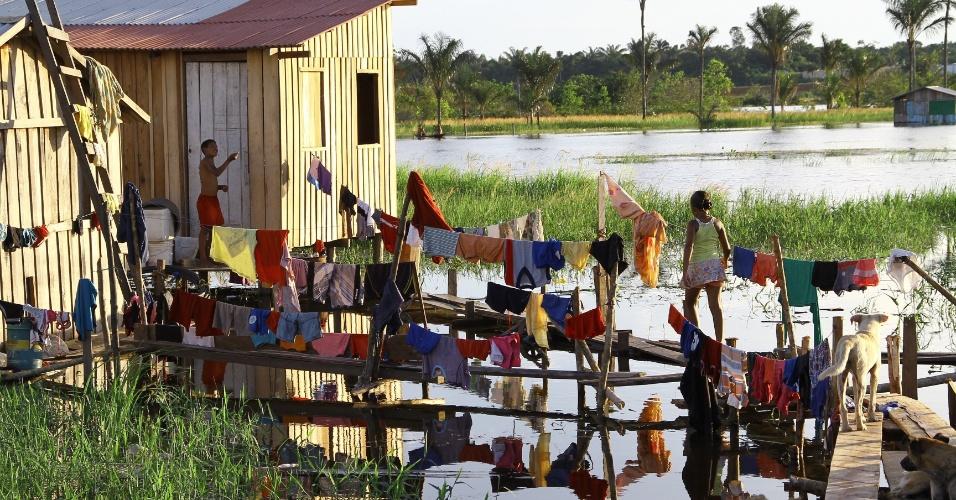 3.mai.2012 - Moradores improvisam varal em meio às inundações que castigam grande parte do bairro Nova Veneza em Cacau Pereira, distrito de Iranduba, Amazonas. A região é uma das atingidas pelas cheias do Rio Negro