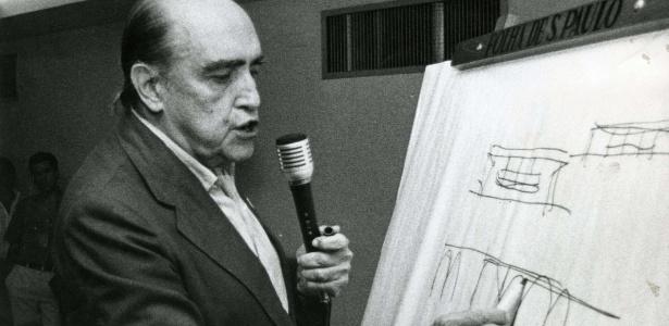 Oscar Niemeyer (à esq.) com o então presidente da República, Juscelino Kubitschek, em 1959