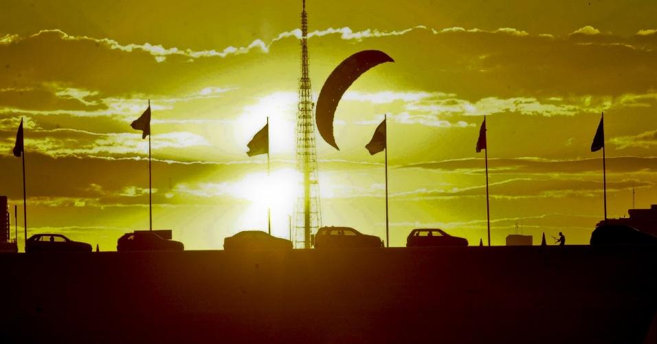 3.mai.2012 - Pôr do sol na Esplanada dos Ministérios marca dia típico de outono na capital federal