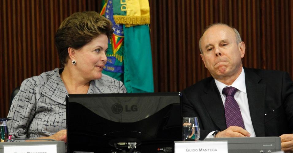 3.mai.2012 - Presidente Dilma Rousseff e o ministro Guido Mantega participaram de uma reunião com empresários no Palácio do Planalto, em Brasília, para anunciar a nova regra da poupança que reduz seu rendimento diante da queda da taxa básica de juros